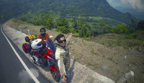 Berhenti sejenak untuk menikmati pemandangan selepas Pangalengan