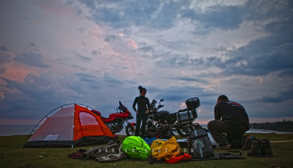 Mendirikan tenda sebelum gelap