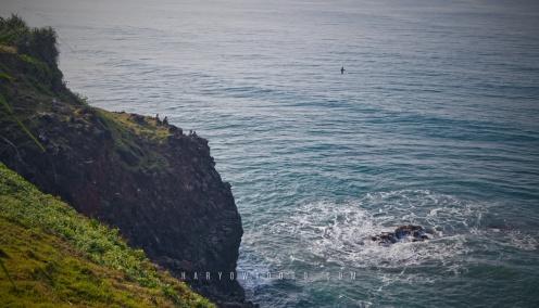 Masyarakat sekitar yang memancing di ujung tebing puncak Guha