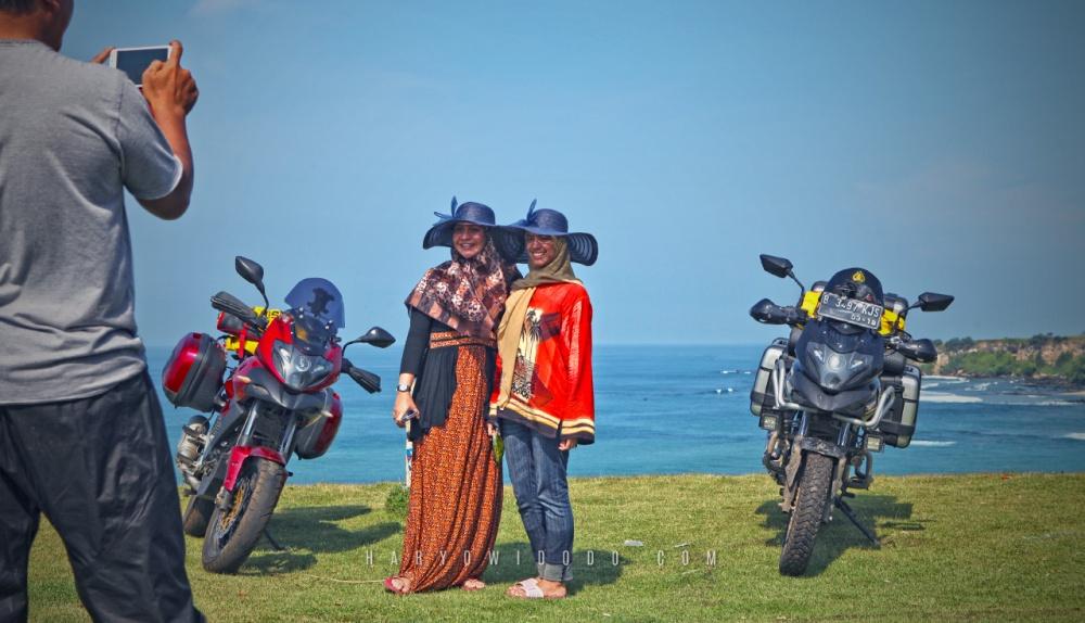 Tidak sedikit wisatawan yang mampir dalam perjalanan dari Garut ke Cianjur melewati jalur pantai selatan